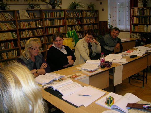 Pedagógusok az iskolapadban: figyelem és érdeklődés az arcokon (Mozsgó)