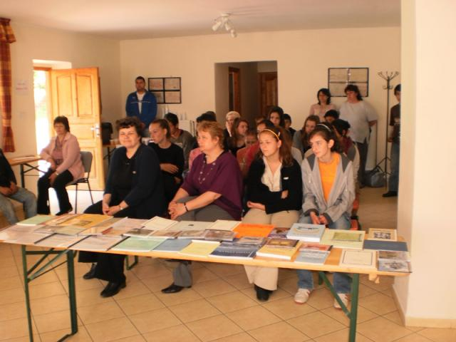 Általános Iskola Almamellék - Dr. Várnai Ferenc művei és az író-olvasó találkozó résztvevőinek egy csoportja