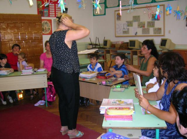 Mozsgó - Tankönyvek osztása az első osztályban, 2011 szeptemberében